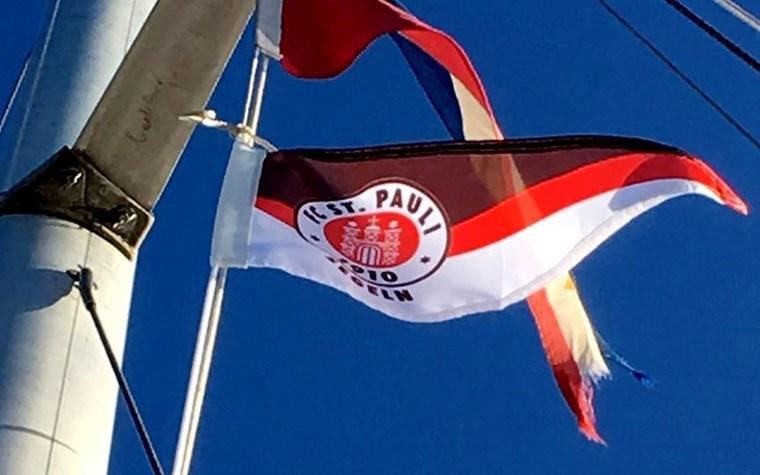 Die FCSP-Segelabteilung zeigt Flagge(n) für Seenotrettung