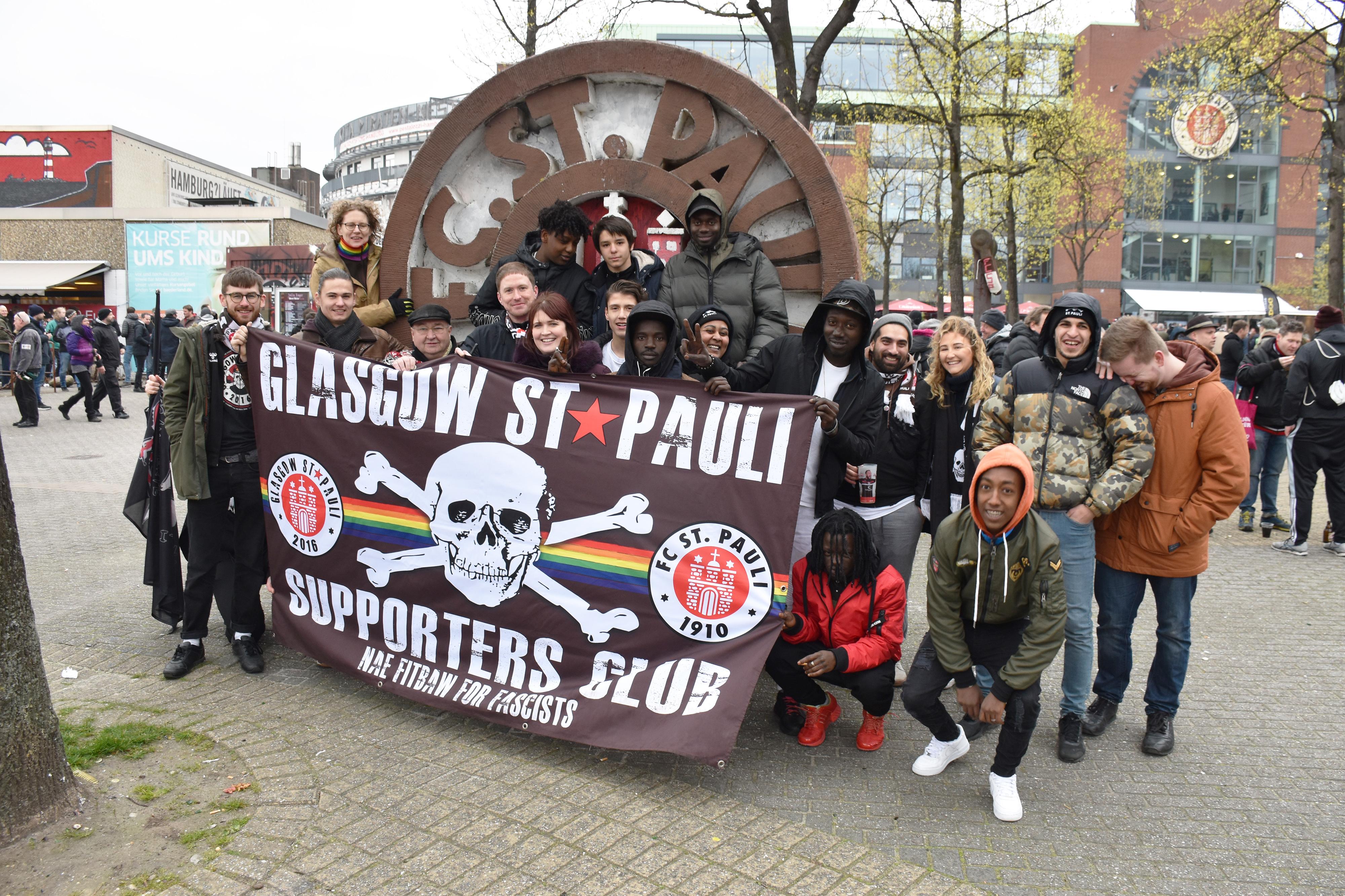 Spendenaktion: Fanclub Glasgow St. Pauli lud Geflüchtete zum Heimspiel ans Millerntor ein