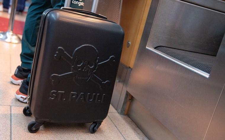 Der FC St. Pauli kompensiert ab sofort Emissionen von Flugreisen der Profi-Mannschaft