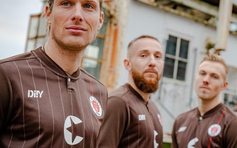 Der FC St. Pauli präsentiert das Heimtrikot für die Saison 2021/22