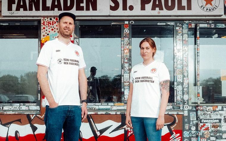"""FC St. Pauli stellt neues Auswärtstrikot vor – Sondertrikot """"Kein Fußball den Faschisten"""""""