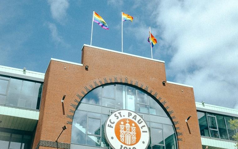 Für Toleranz und Vielfalt: drei Regenbogenflaggen auf dem Millerntor-Stadion