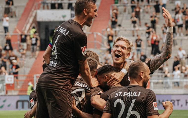 Traumtore am Millerntor: Kiezkicker feiern Auftaktsieg gegen Holstein Kiel