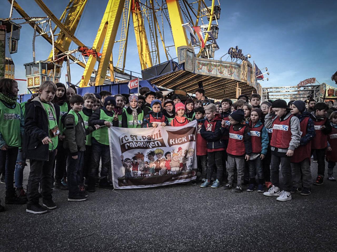Wilde Rabauken machen Hamburger Dom unsicher
