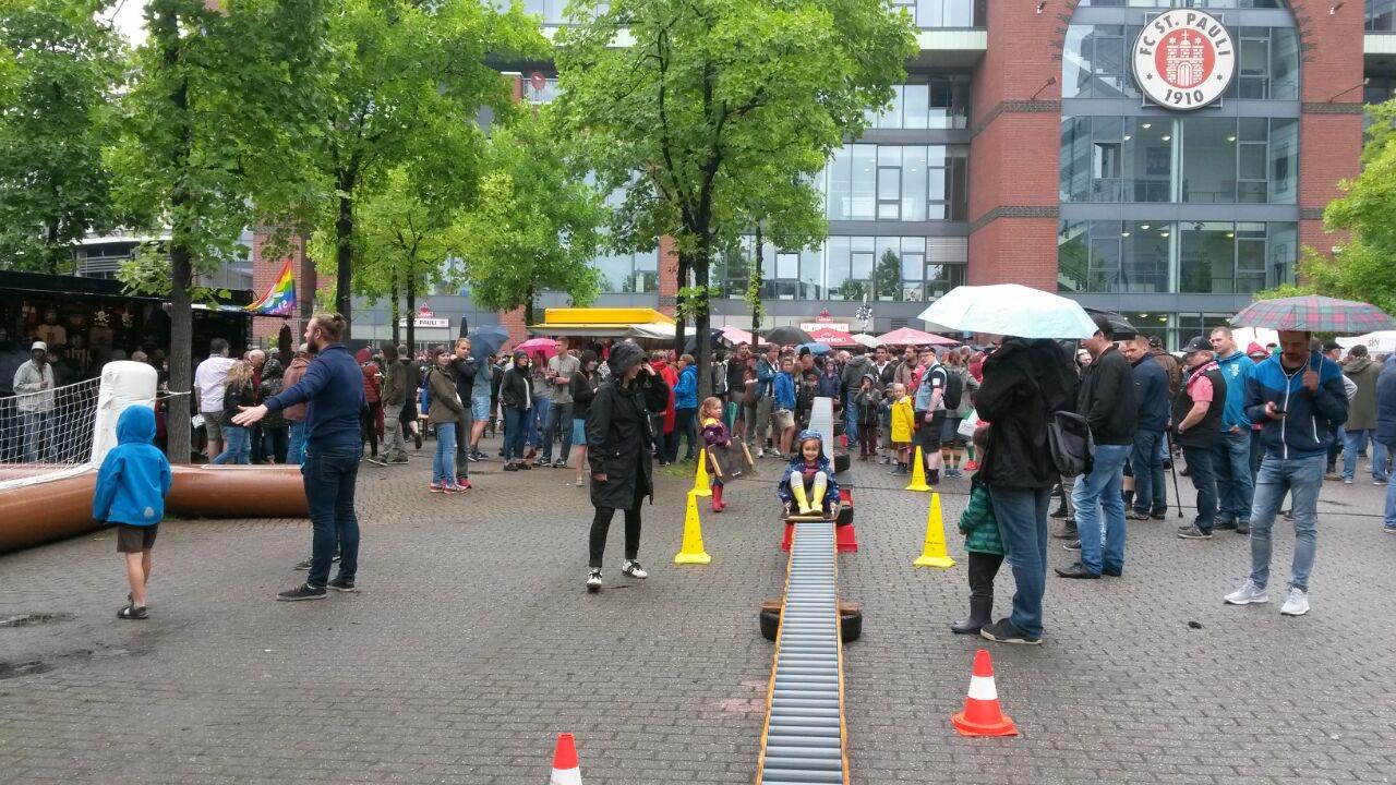Saisoneröffnung beim FCSP - viel los trotz Hamburger Wetter
