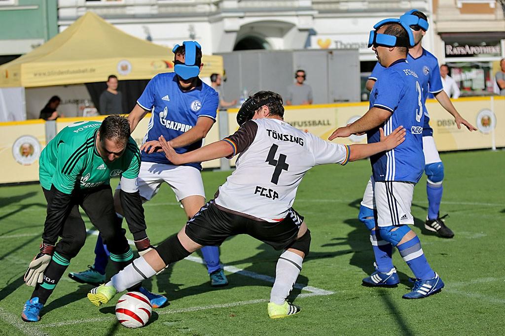 "Jonas Tönsing in Aktion beim Blindenfußball-Masters ""Keep your mind wide open"""