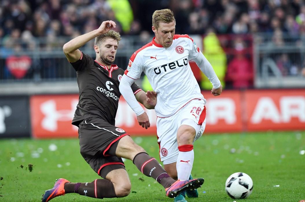 Viele Zweikämpfe: Zur Pause lag Düsseldorf nach einem Eigentor von Daniel Buballa mit 1:0 in Front.