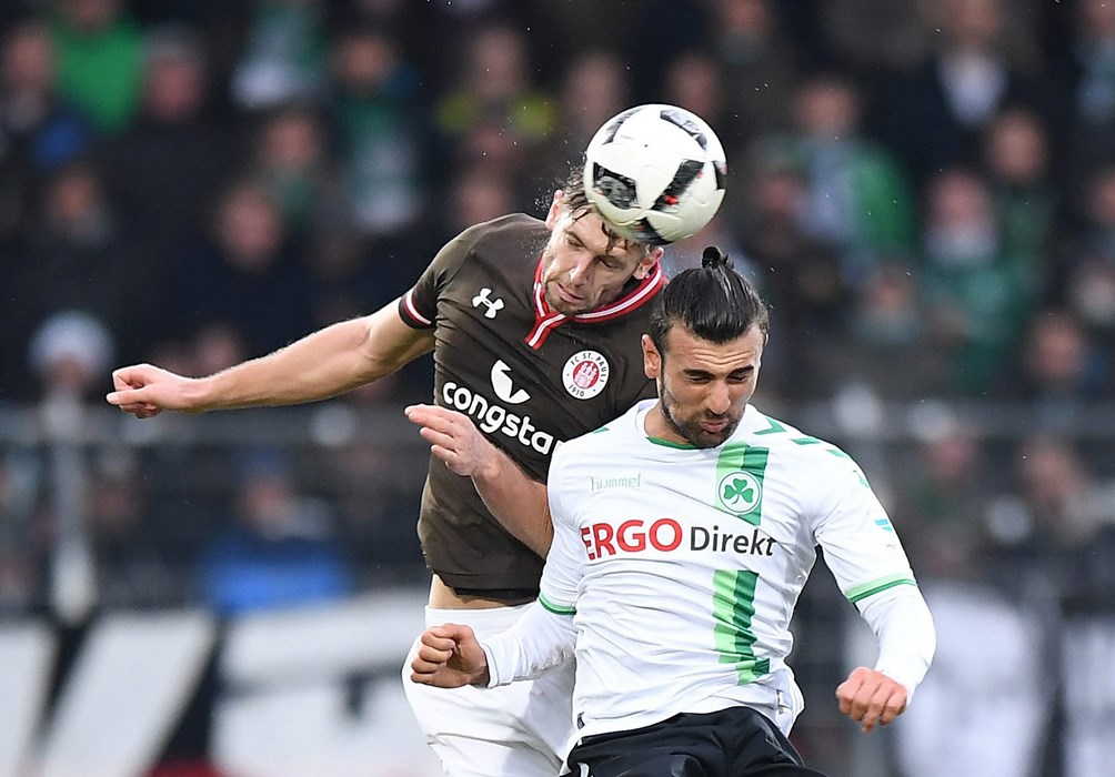 Lasse Sobiech was again very dependable in the challenge – especially in the air, as seen here against Fürth's Serdar Dursun.