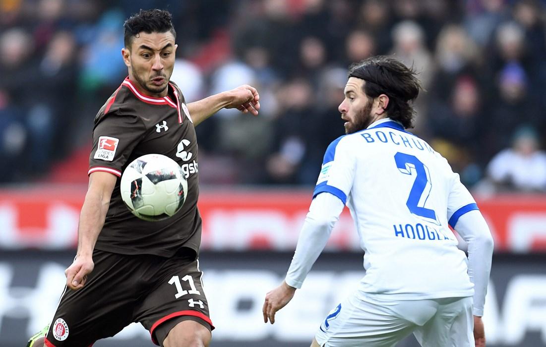 In Überzahl machten die Braun-Weißen vor der Pause mächtig Druck, doch der VfL blieb zur Pause durch das Mlapa-Tor (19.) in Führung. Hier probiert es Aziz Bouhaddouz (li.), Bochums Tim Hoogland schaut zu.