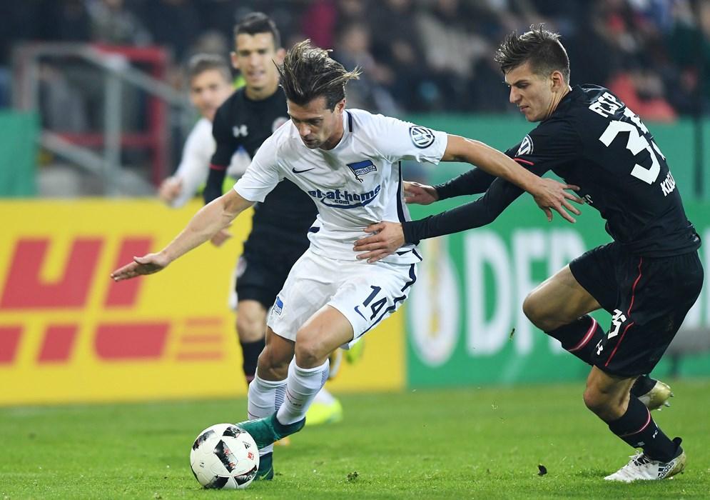 In der 2. Runde des DFB-Pokals bekam es Brian Koglin immer wieder mit Herthas Valentin Stocker zu tun.