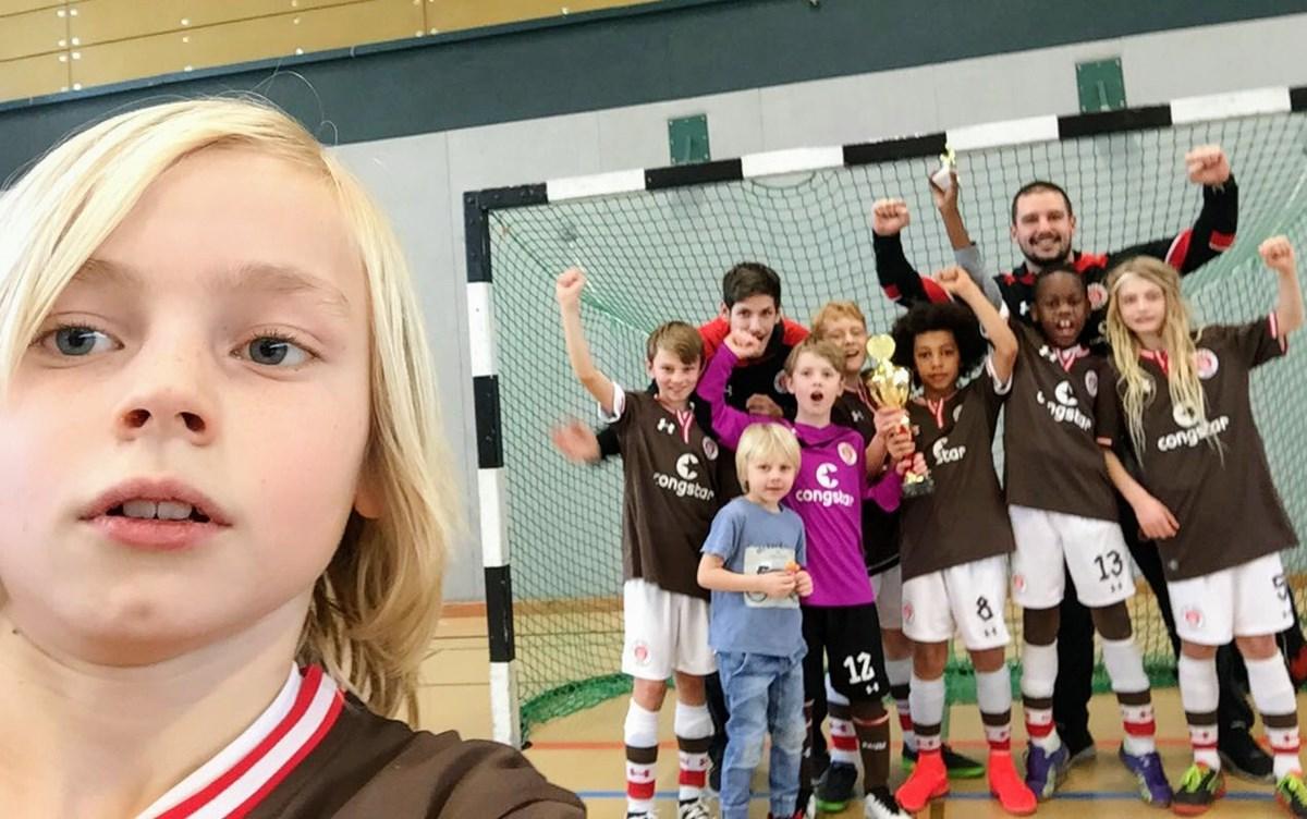 Nach dem Turniersieg erst einmal ein Selfie samt jubelndem Team im Hintergrund ;-)