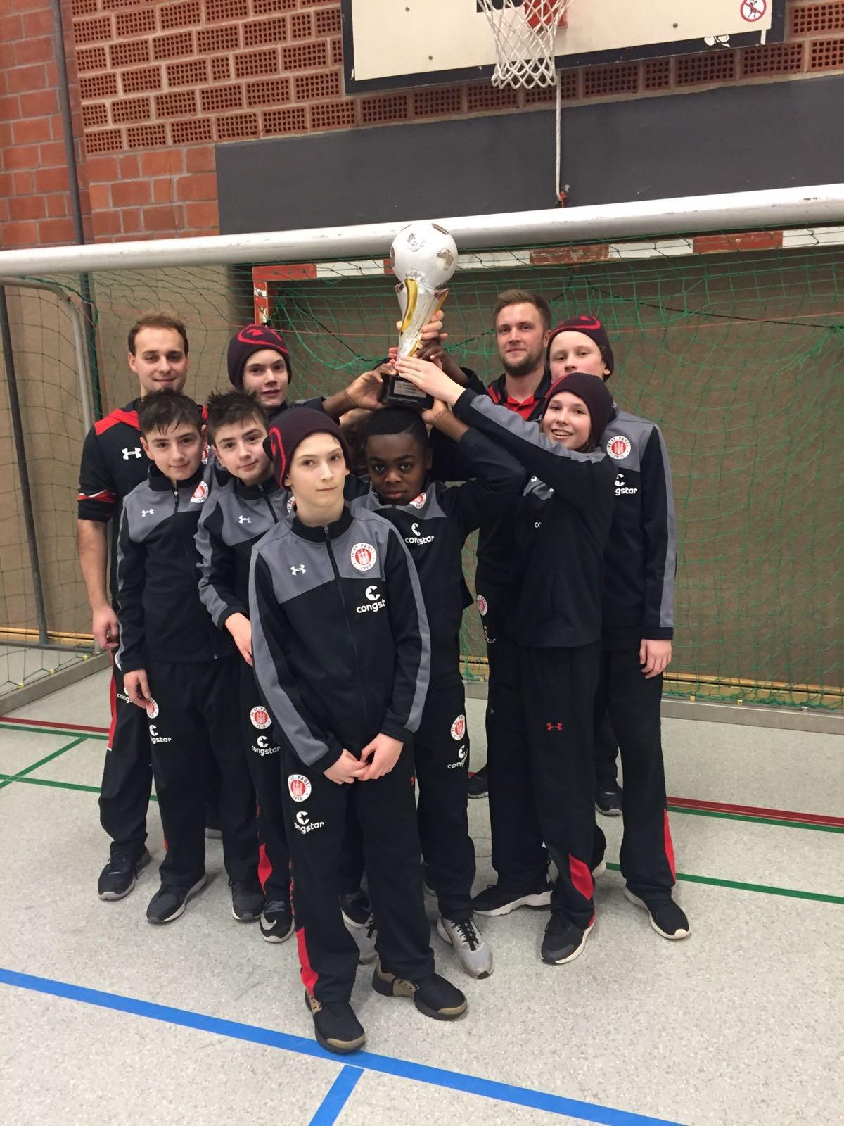 Nach sechs Siegen und einer Niederlage stemmte unsere U13 den Siegerpokal in die Höhe.