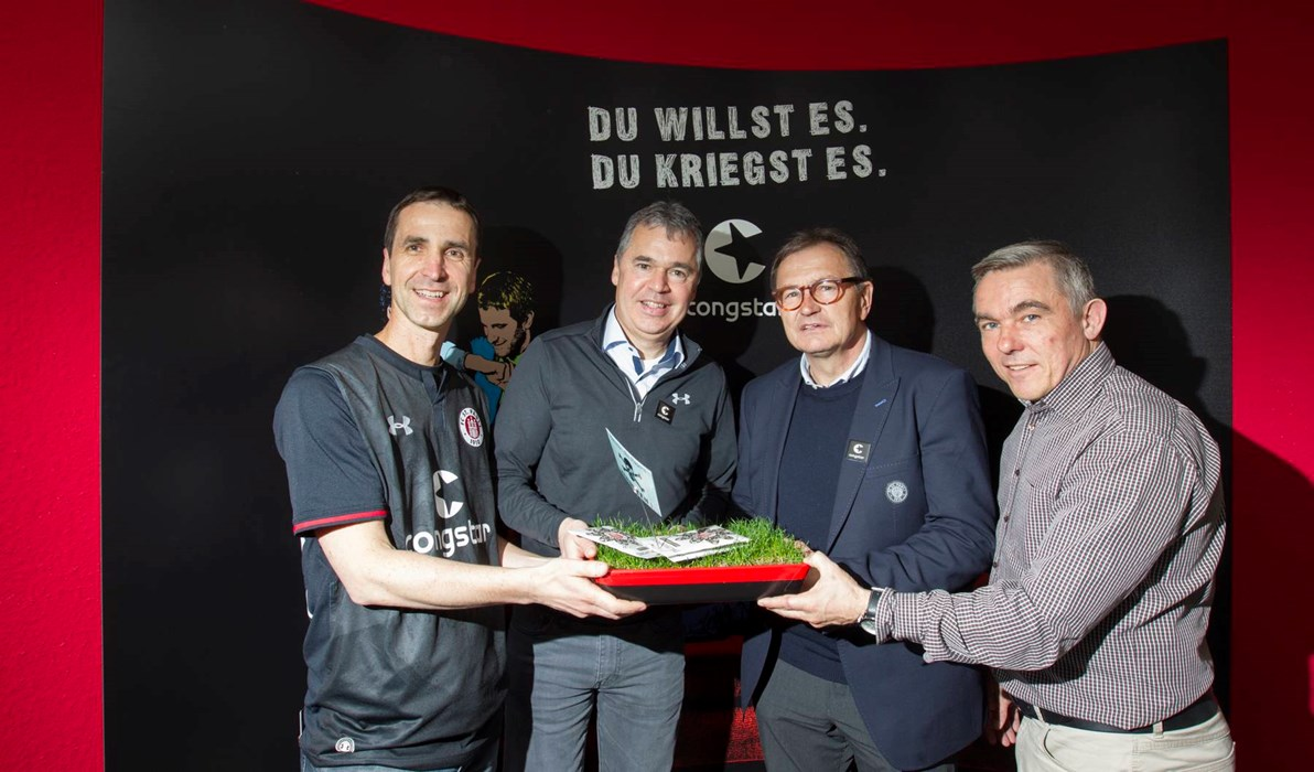 Before the friendly at Borussia Mönchengladbach the Boys in Brown visited Congstar in Cologne. Captain Sören Gonther presented the sponsors with a piece of turf.