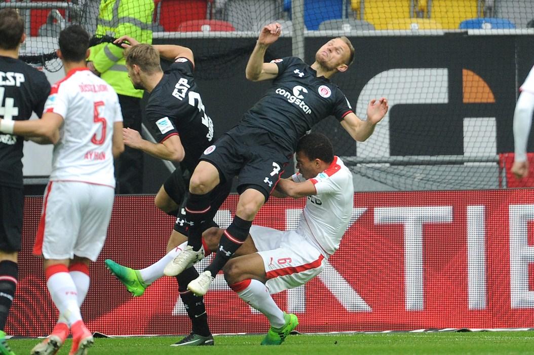 Schlimme Szene zu Spielbeginn: Bernd Nehrig und Düsseldorfs Kevin Akpoguma prallen ungebremst aufeinander. Beide mussten anschließend ins Krankenhaus gebracht werden, wo beim Fortuna-Spieler ein Bruch des ersten Halswirbels festgestellt wurde.