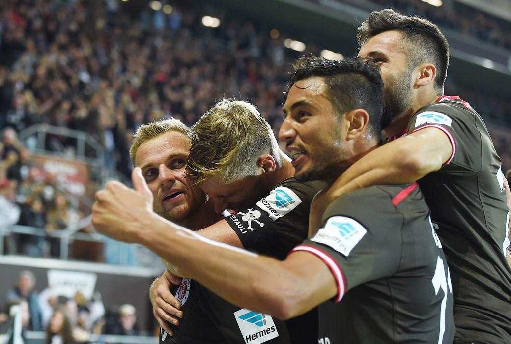 #allezusammen: Bouhaddouz bejubelt mit Lasse Sobiech, Cenk Sahin und Bernd Nehrig dessen Treffer gegen 1860 München.