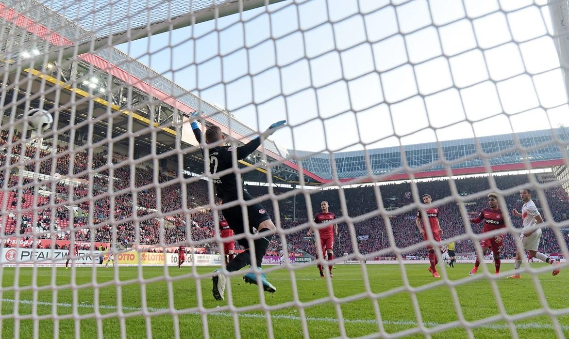 Aziz Bouhaddouz (re.) überwindet FCK-Keeper Julian Pollersbeck und erzielt sein wichtigstes Tor für den FC St. Pauli.