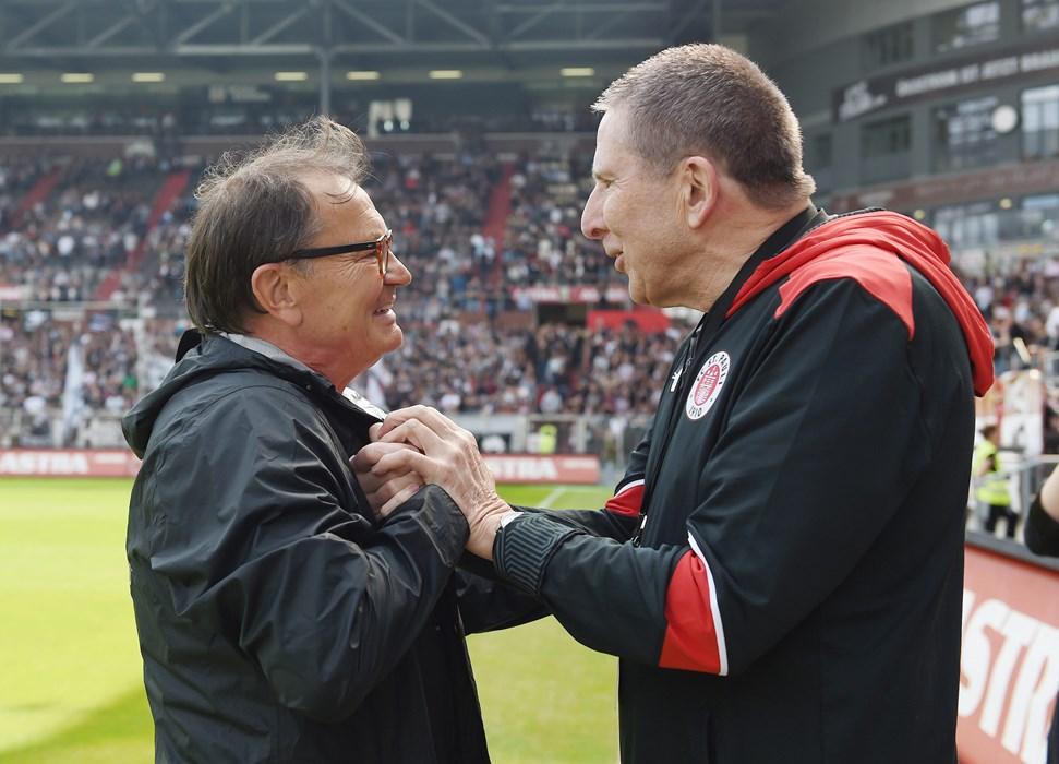 Ewald Lienen ließ es sich nicht nehmen und sagte Rainer Wulff kurz vor dessen offizieller Verabschiedung auch noch 'Tschüss'.