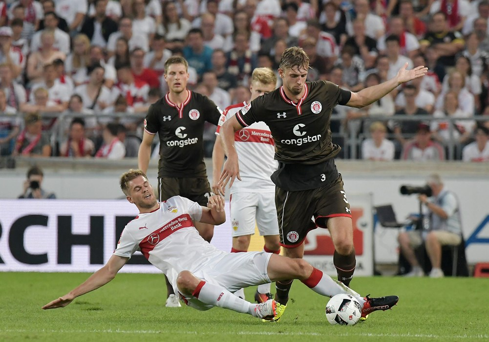 Am 1. Spieltag unterlagen die Kiezkicker, hier mit Lasse Sobiech im Duell mit Simon Terodde, dem VfB Stuttgart nach eigener Führung noch mit 1:2.