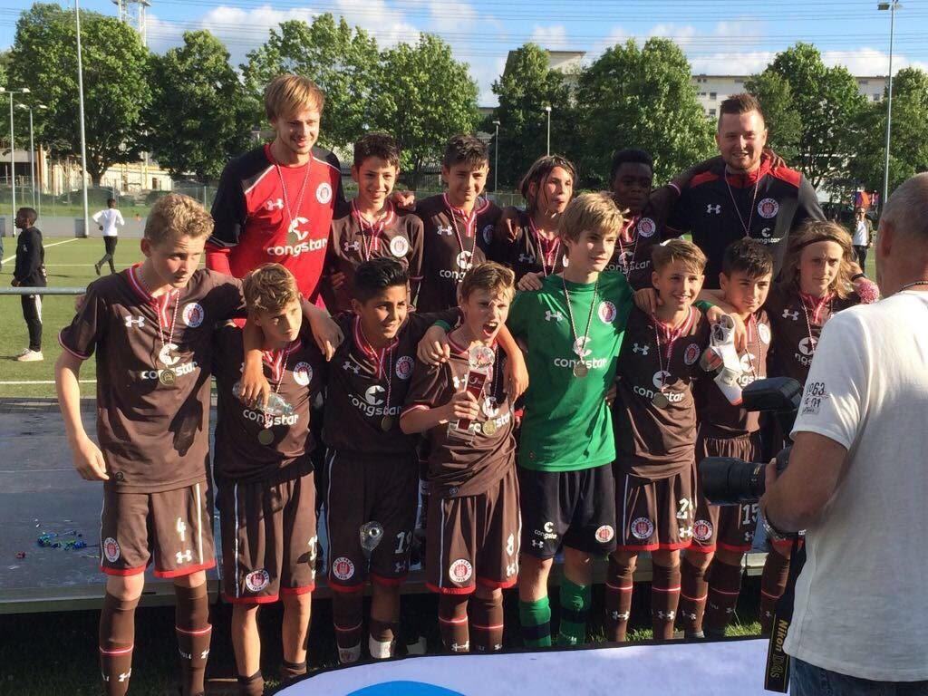 Da ist das Ding: Die U13 feiert den Pokal- und Derbysieg im Finale über den Stadtrivalen aus dem Volkspark.