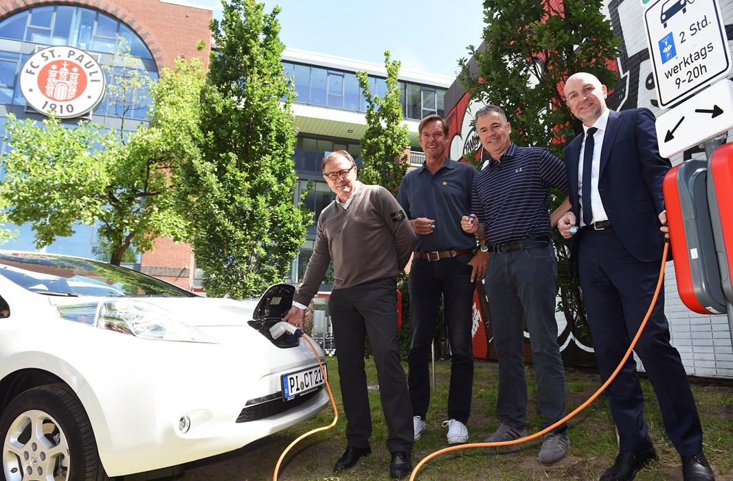 V.l.n.r.: Ewald Lienen, Olaf Westermann, Andreas Rettig und Dr. Rolf Bösinger weihten die erste Elektro-Tankstelle eines Profi-Fußball-Vereins in Deutschland ein.
