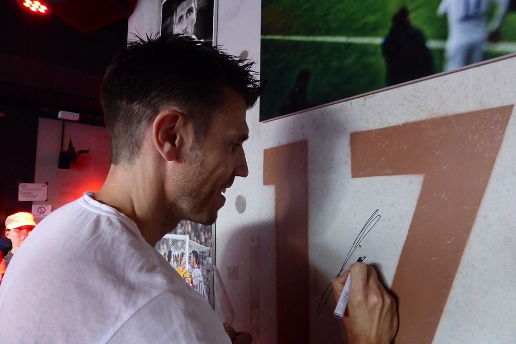 """Fabian Boll ließ es sich nicht nehmen unter hinterließ sein Autogramm auf der """"Gästebuch-Plane""""."""
