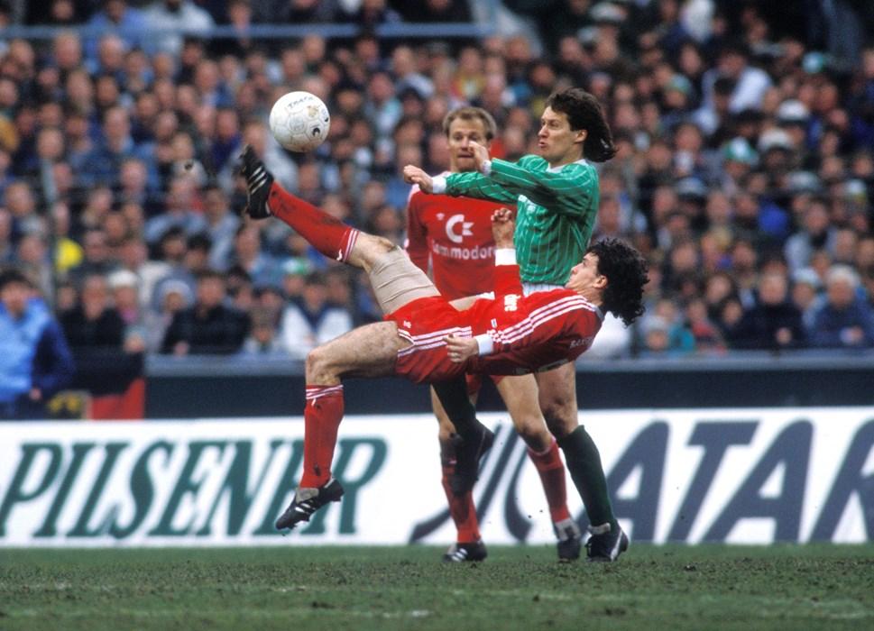In der Saison 1987/88 ging Mark Hughes, hier artistisch im Einsatz beim Spiel gegen den SV Werder Bremen, für den deutschen Rekordmeister auf Torejagd.