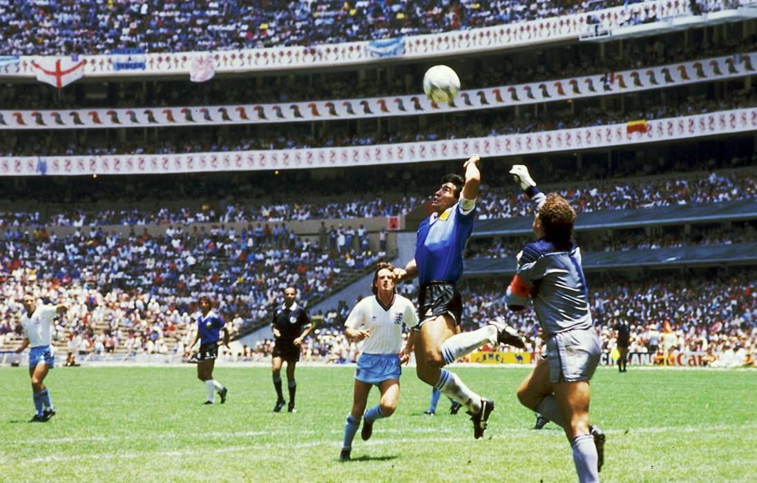"""Zwei Legenden, ein Gedanke - den Ball mit der Hand spielen. Maradona setzte sich im Duell mit Peter Shilton regelwidrig durch und erzielte mit der """"Hand Gottes"""" das 2:0 für Argentinien."""