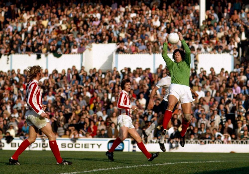 Gordon Banks im Torwart-Dress des Stoke City Football Clubs im Oktober 1970. Torwarthandschuhe? Fehlanzeige! Banks packte auch ohne Handschuhe sicher zu.