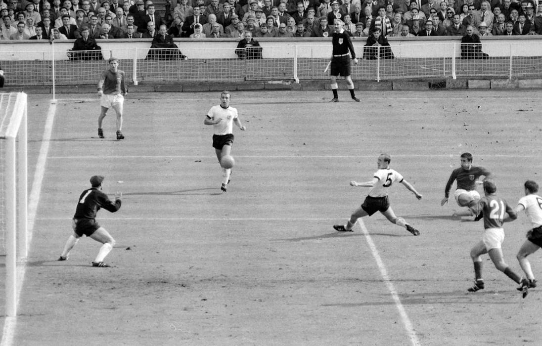 """WM-Finale 1966: Stokes ehemaliger Stürmer Geoff Hurst (2.v.re.) hat gerade abgezogen, Sekundenbruchteile später ist der Ball """"drin"""" - die Geburtsstunde des """"Wembley-Tores""""."""