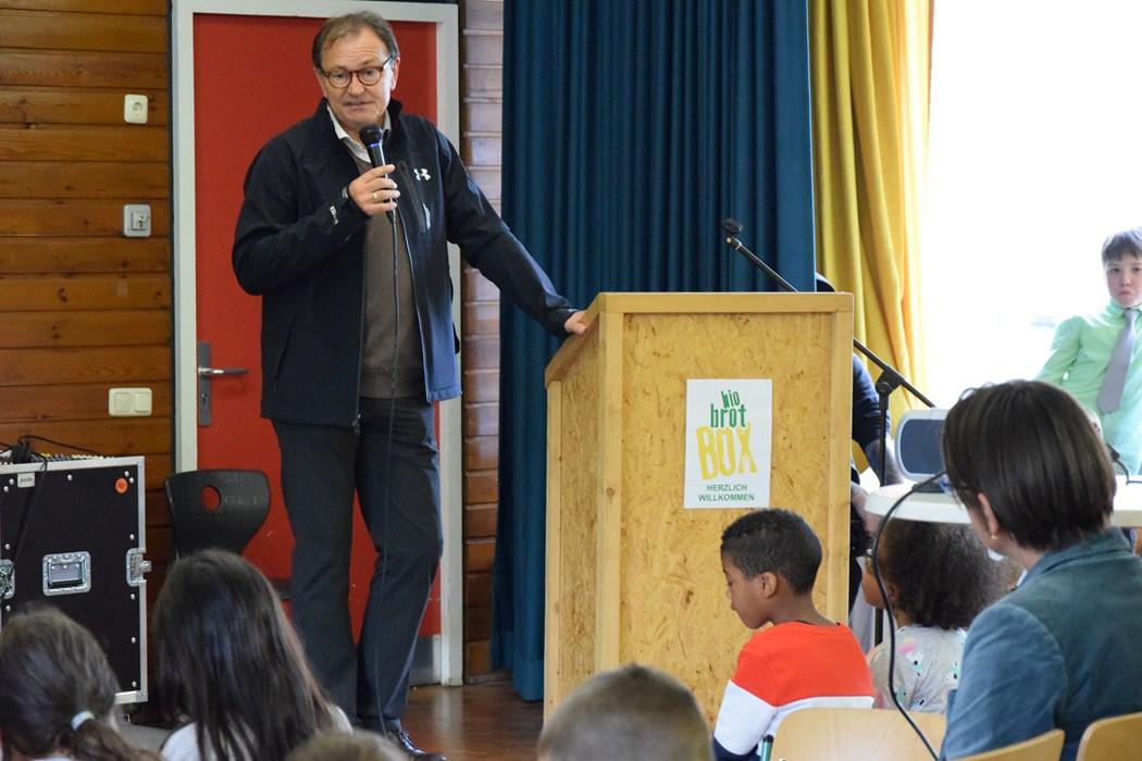 Ewald Lienen nutzte die Gelegenheit und erklärte den Schulanfängern, wie wichtig gesunde Ernährung für Sportler ist