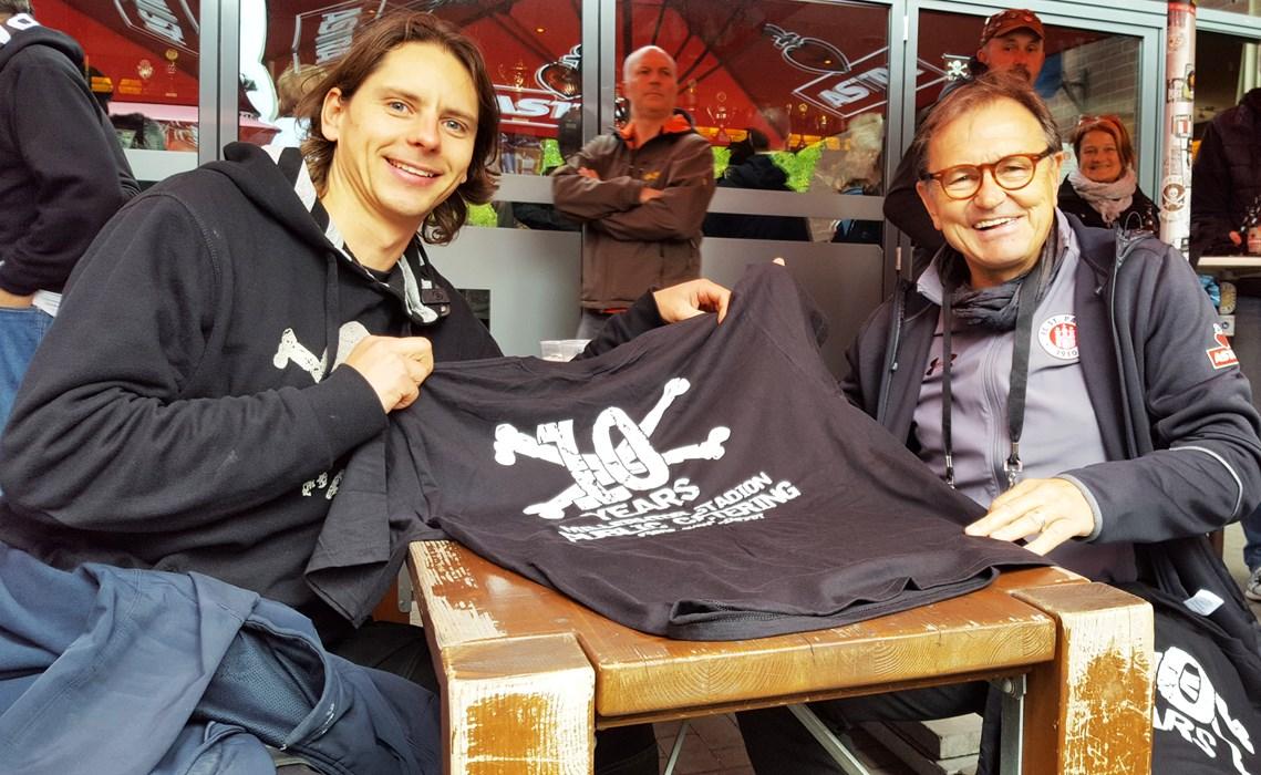 Im Namen des Vereins nahm unser Technischer Direktor Ewald Lienen (re.) die Spende von Felix Düring von Förde Show Concept (li.) entgegen.