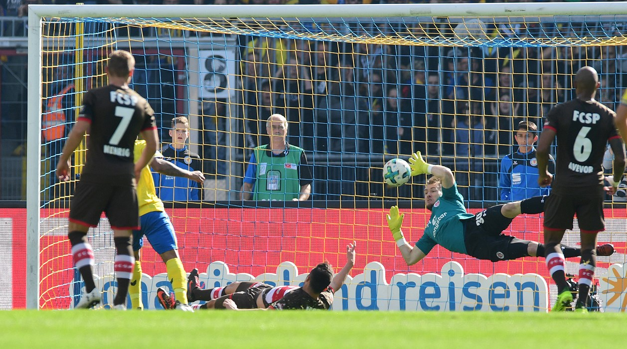 The defining moment of the first half: Robin Himmelmann denies penalty-taker Hernandez again on the rebound.