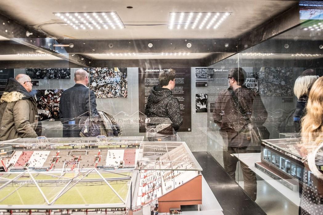 Im Prolog der Ausstellung wird die Verwandlung des FC St. Pauli zum Verein mit klarer Kante gegen Rechts thematisiert. Dabei wird auch das Stadionmodell des Millerntors einbezogen.