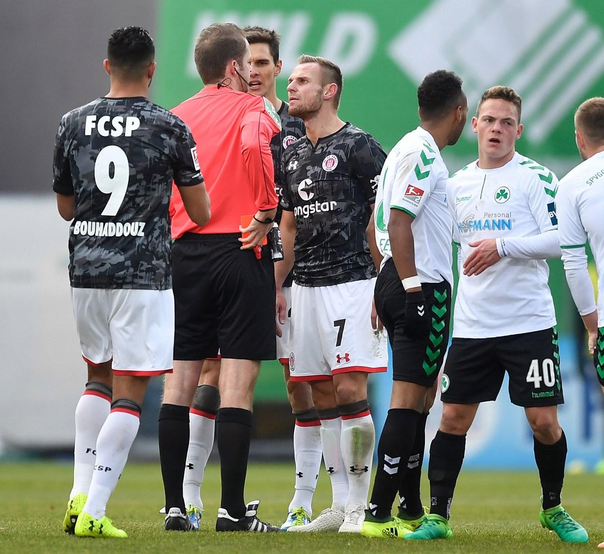 Die Vorentscheidung: Schiedsrichter Thomsen zeigt Bernd Nehrig die Gelb-Rote Karte.