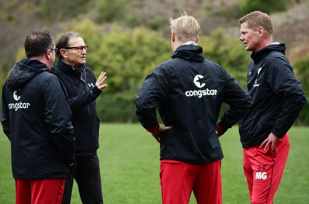 Der Technische Direktor Ewald Lienen besuchte die Mannschaft auf dem Gelände des Teamhotels.