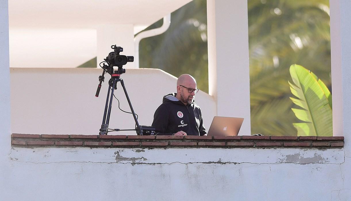 Alles im Blick: Spielanalyst Andrew Meredith verfolgte das Vormittagstraining mit der Kamera.