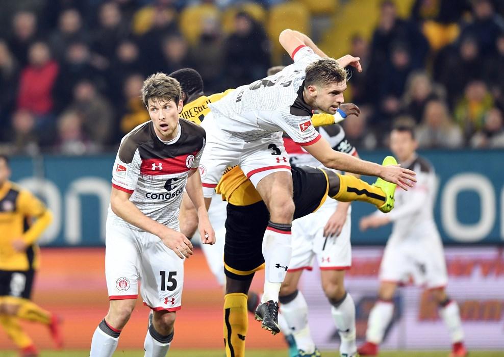 Führung zur Pause! Die braun-weiße Hintermannschaft hat nach 45 Minuten die Offensivbemühungen der Dresdner im Griff.