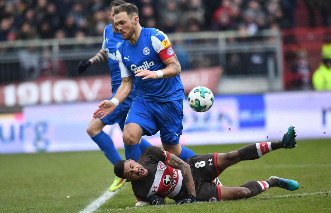 Umkämpfte Partie: Zur Pause führt der Gast aus Kiel mit 2:1.