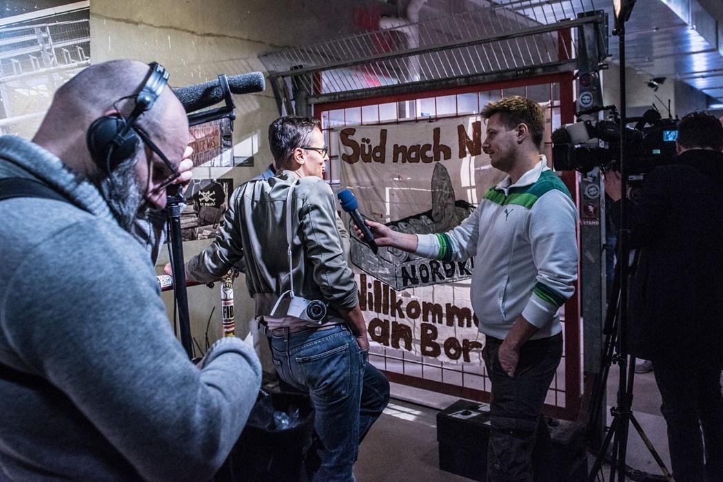 Großes Medieninteresse: Fotografin Ariane Gramelspacher im NDR-Interview