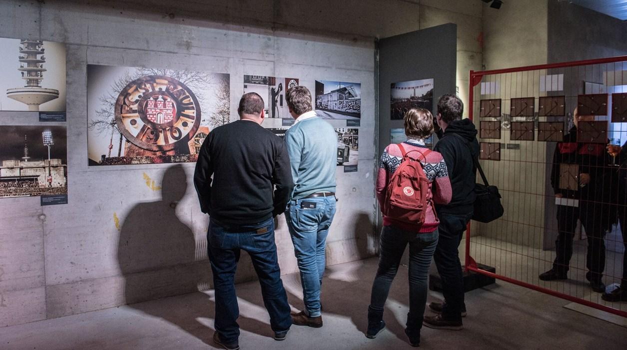 Mehrere hundert Vernissagen-Gäste genossen die vielseitigen Fotos und zahlreiche Ausstellungs-Details, die an das alte Millerntor erinnerten.