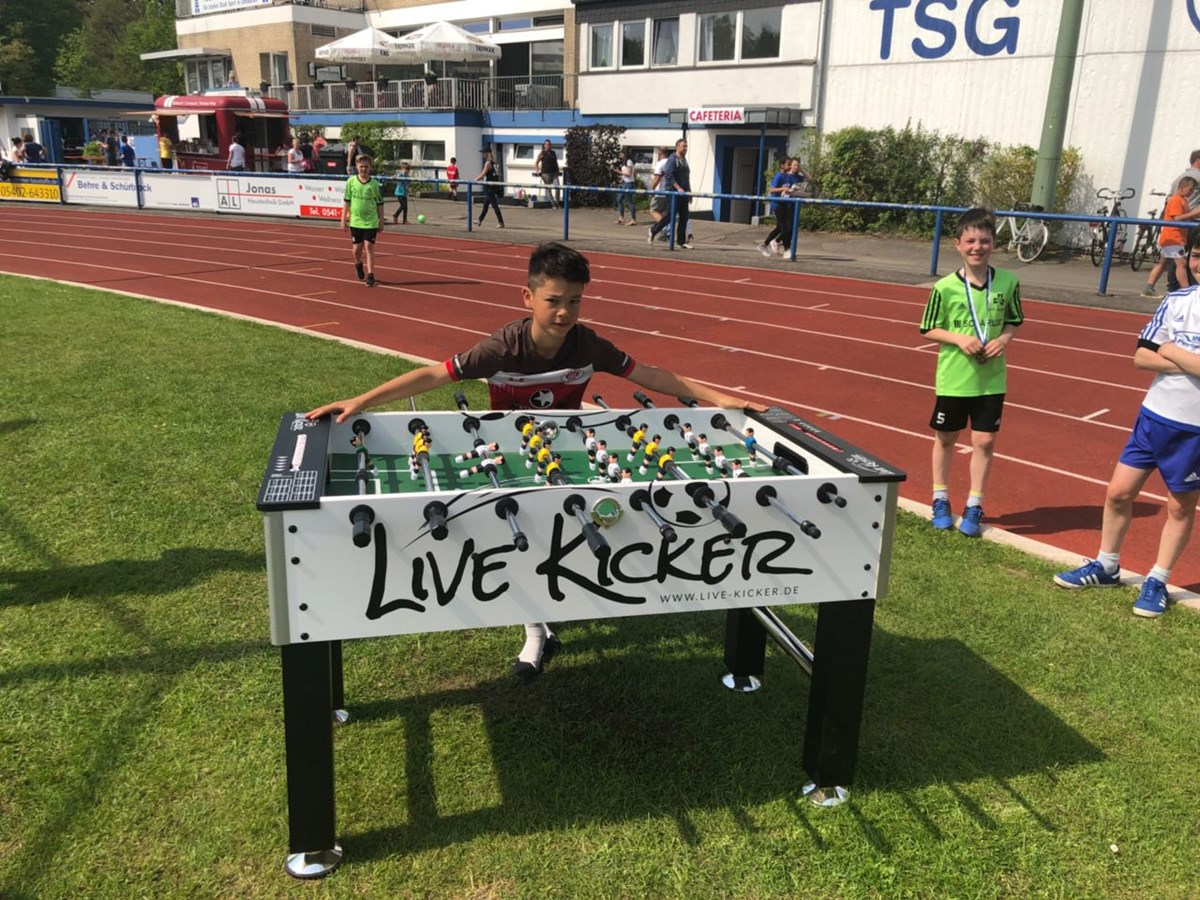 Kiezkicker Nick Schmidt setzte sich bei einem während des Turniers ausgetragenen Jonglier-Contest durch und gewann einen Kickertisch.