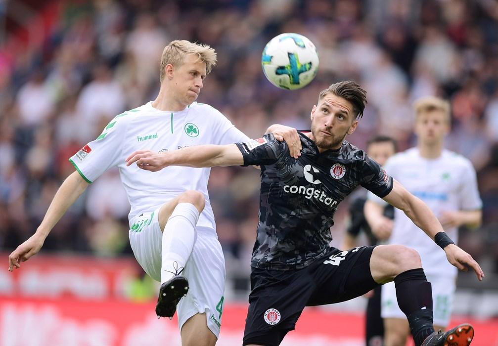 Dimitrios Diamantakos, der sein erstes Pflichtspieltor für unseren FCSP erzielte, im Duell mit Fürths Lukas Gugganig (li.).