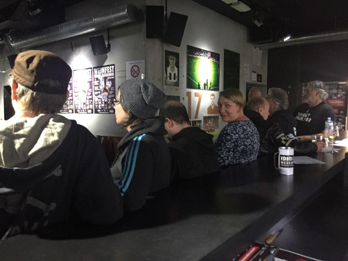 Großer Zuspruch: Mitglieder von 1910 e.V. sitzen vorm Tresen der 1910-Weinbar im Foyer