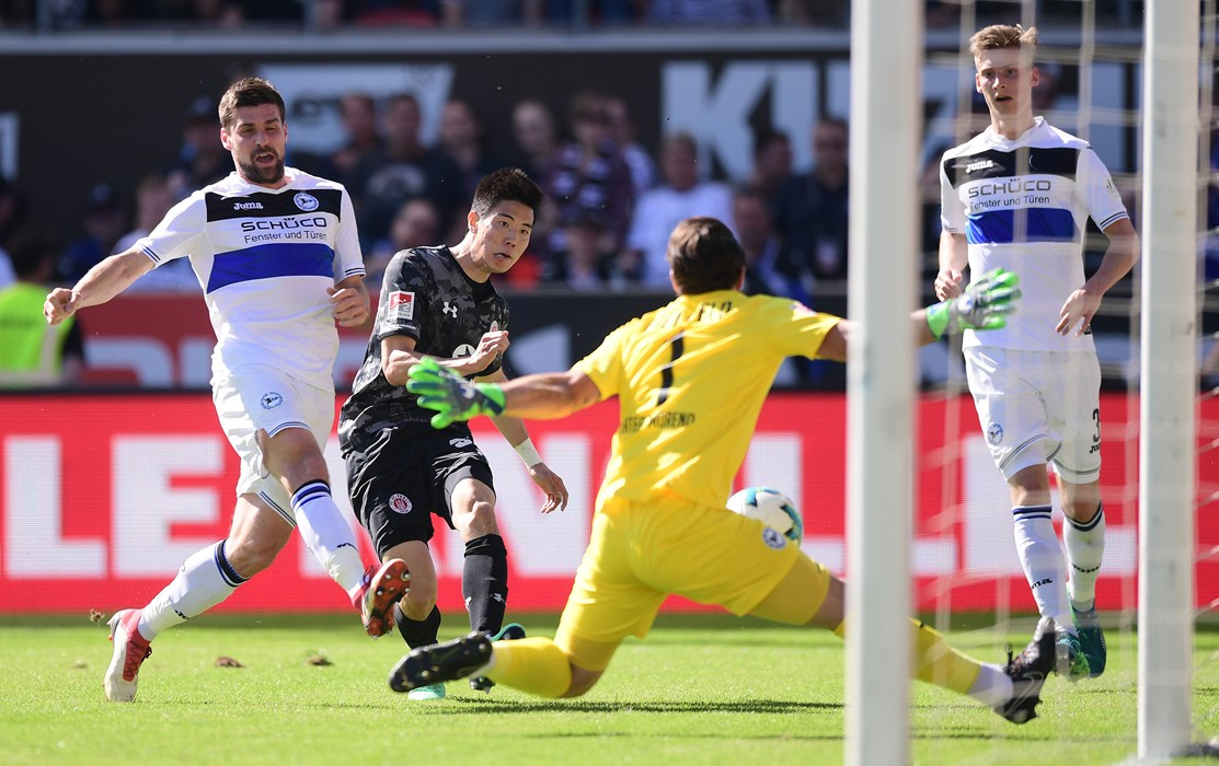 The key moment of the opening 45 – Park dupes the Bielefeld rearguard.