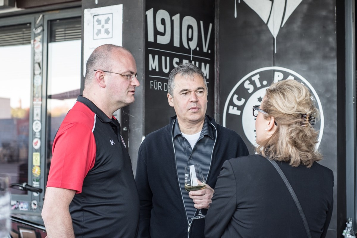 Auch FCSP-Geschäftsführer Andreas Rettig (Mitte, mit Aufsichtsratsmitglied Sönke Goldbeck, links), war beim Weinfest zu Gast.
