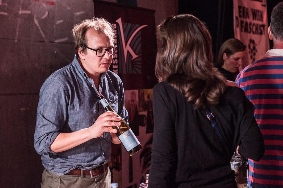 Beratung direkt vom Erzeuger: Viele Winzer waren zum Weinfest persönlich ans Millerntor gereist.