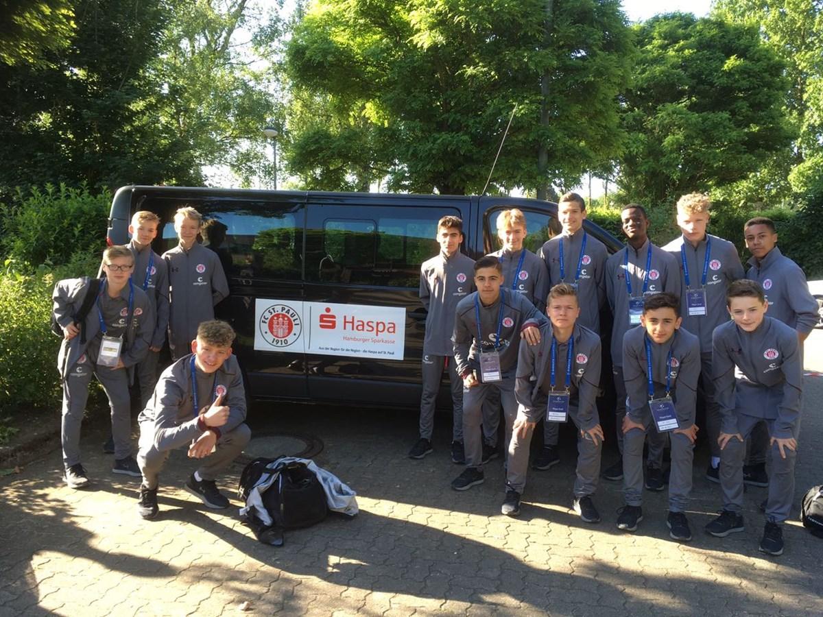 Das erste Mal im Einsatz: Die U15 war mit dem neuen 9-Sitzer-Bus beim Bernesto Champions Cup