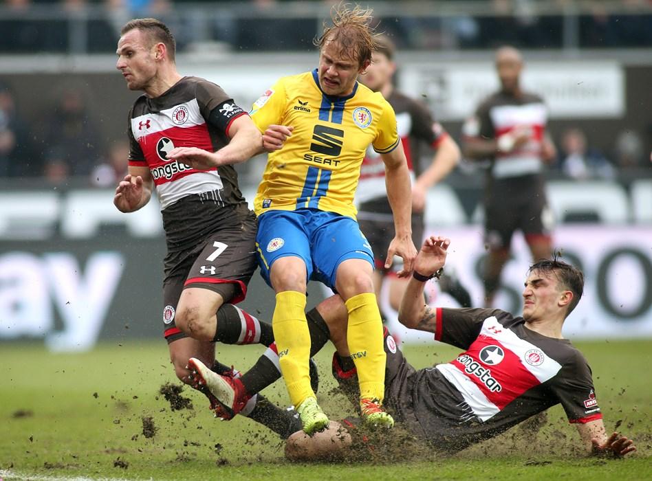 Philipp Ziereis mit vollem Einsatz (hier gegen Jan Hochscheidt) bei seinem Comeback gegen Eintracht Braunschweig.