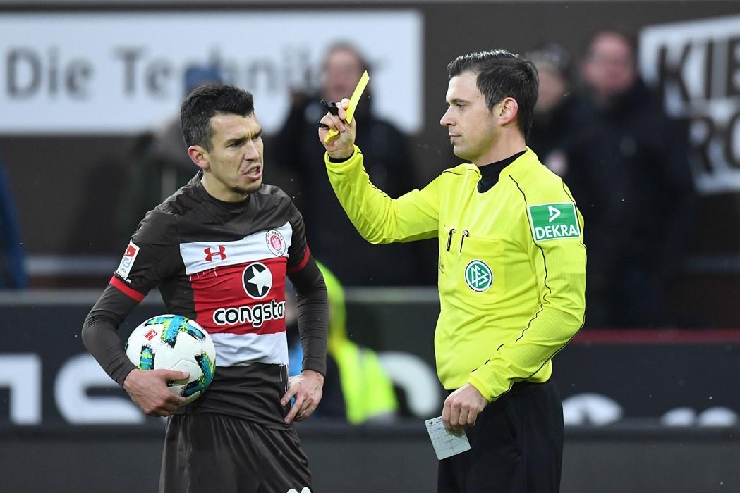 53-mal zeigten die Unparteiischen unseren Kiezkickern die Gelbe Karte. Beim Heimspiel gegen Duisburg war Waldemar Sobota nicht ganz einverstanden mit der Verwarnung, die Aziz Bouhaddouz (nicht im Bild) galt.