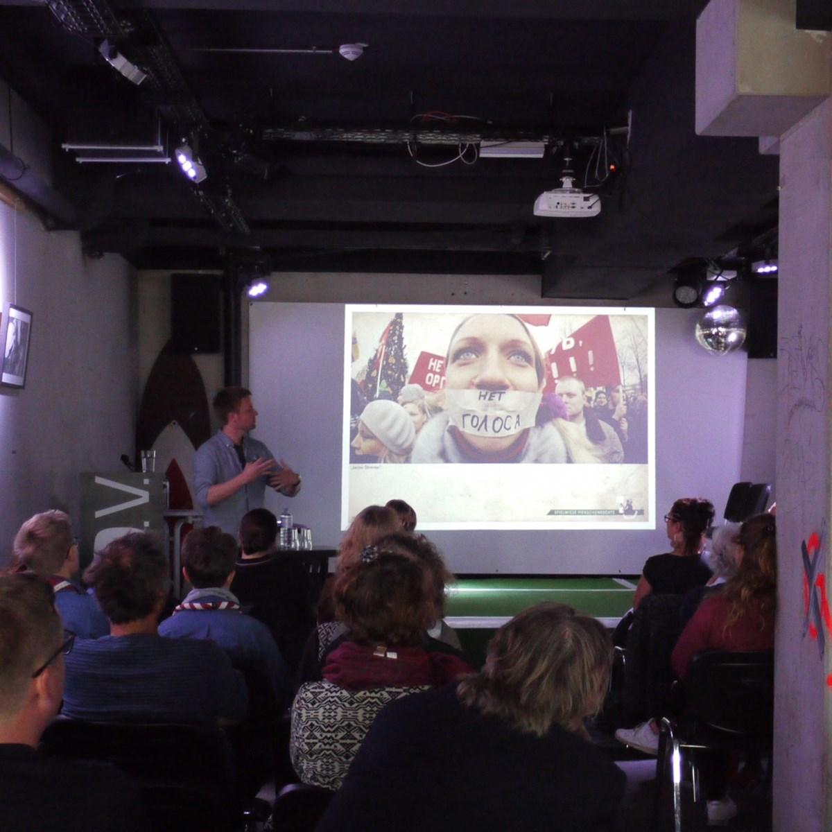 Buchautor und Journalist Ronny Blaschke bei seinem Vortrag im FC St. Pauli-Museum. Foto: Andrea Plagemann